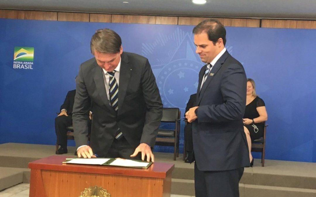 Bolsonaro assina MP que diminui burocracia para startups e pequenos negócios
